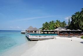 Huvafenfushi Beach and Pool